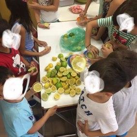 Φτιάχνοντας σπιτική λεμονάδα!